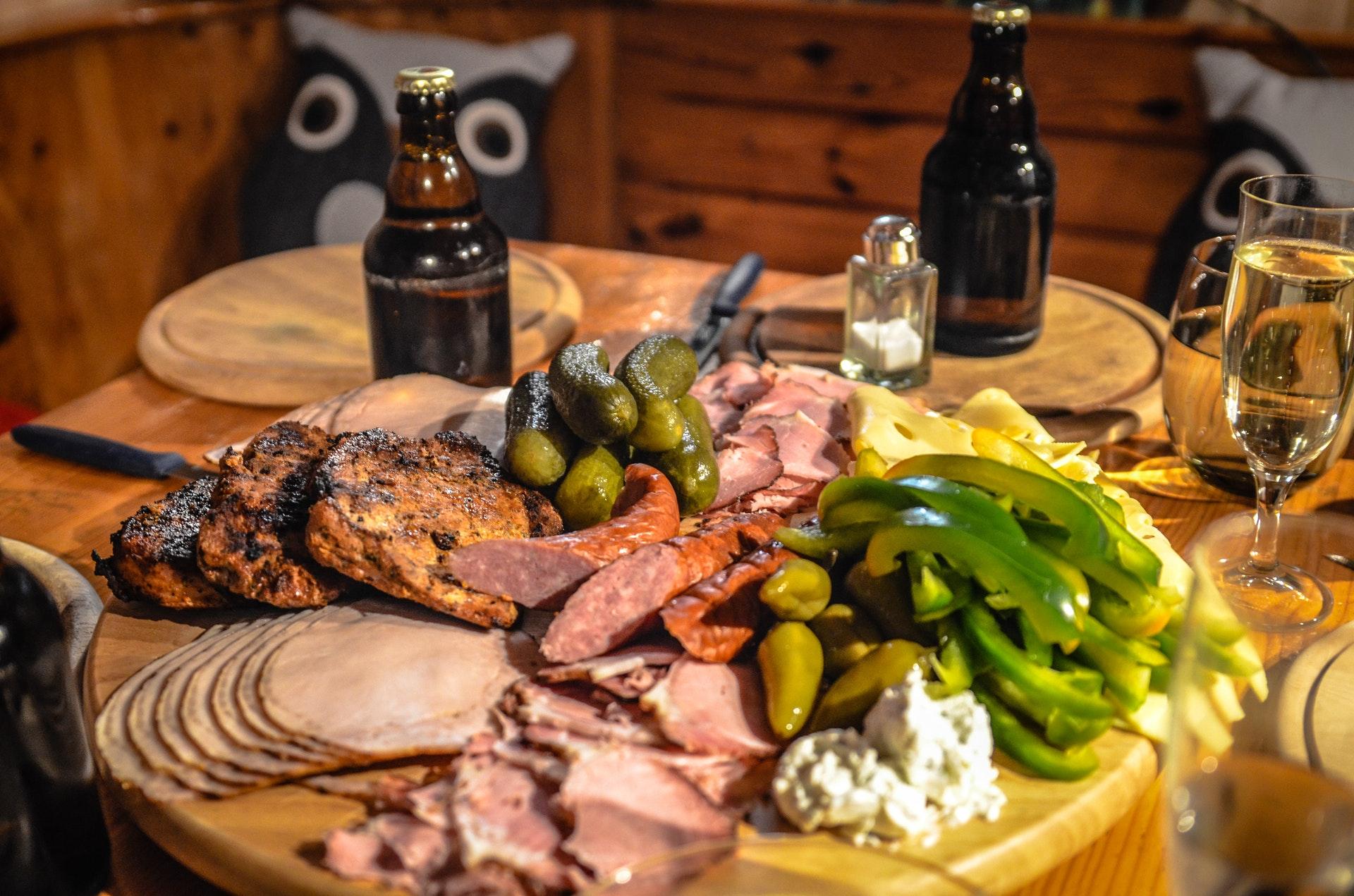 Przyrządzenie wędliny dojrzewającej i w jaki sposób zapeklować mięso?